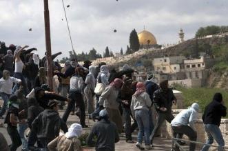 إصابة عشرات الفلسطينيين بمواجهات قرب الأقصى