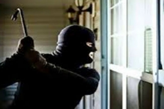"""بطريقة هوليودية.. شخص يحاول سرقة """"كوفر فور"""" من داخل وكالة بنكية بتزنيت"""