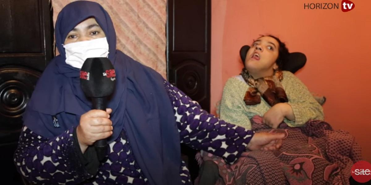 مؤثر.. أم طفلة من ذوي الاحتياجات الخاصة تستعطف المغاربة -فيديو