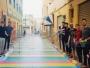 تمكن مجموعة من الشباب بالحسيمة في الانخراط في مبادرة فريدة من نوعها تمثلت في تزيين و صباغة الأزقة و الدروب بألوان مختلفة و جميلة أضفت رونقا خلابا عللا دروب المدينة.